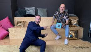 """Berliner unter sich: In seinem Podcast """"90er Kids"""" spricht Oli.P mit Zwei-Sterne-Koch Tim Raue über Erfahrungen aus ihrer Jugendzeit in den 90er Jahren. Abrufbar ist das Audio-Format über 90s90s.de/90er-kids und gängige Plattformen wie Spotify. (Foto: Regiocast)"""