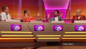 """Eine weitere Ausgabe der Comedy-Rateshow """"Genial oder Daneben?"""" steht am heutigen 6. Oktober in Sat.1 auf dem Programm. Neben den Stamm-Ratern Hella von Sinnen und Wigald Boning wirken diesmal Laura Karasek und Tom Beck als Gäste mit. (Foto: Sat.1)"""