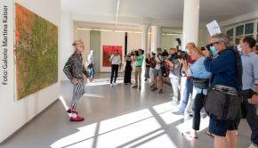 """Hochbegabt, exzentrisch, höchst entertaining und zugleich sehr ernsthaft: Alexander Höller eröffnete in Köln seiner Ausstellung """"Sturm"""" nach Köln. Die Reaktion von Medien und Sammlern war enorm. (Foto: Galerie Martina Kaiser)"""