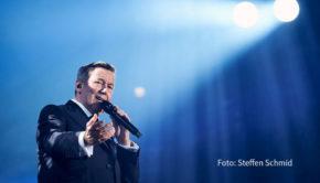 Die Waldbühne in Berlin wird ab heute wieder mit Konzerten bespielt. Den Auftakt in der Freiluft-Arena, die nur knapp zu einem Viertel ausgelastet werden darf, macht Schlagerstar Roland Kaiser. (Foto: Steffen Schmid)