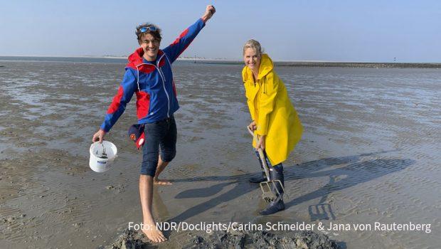 Ab heute geht die beliebte Inselreportagen-Reihe mit Judith Rakers im NDR Fernsehen weiter. Auf Baltrum bekommt die Moderatorin beim Ausflug ins Watt prominente Unterstützung von Comedian Matze Knop. (Foto: NDR/Doclights/Carina Schneider & Jana von Rautenberg)