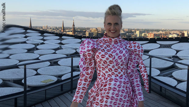 In bewährter Manier präsentiert Moderatorin Barbara Schöneberger auch in diesem Jahr einen deutschen ESC-Abend im Ersten – auch wenn es den eigentlichen Eurovision Song Contest am Samstag in Rotterdam gar nicht gibt. (Foto: smalltalk)