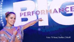 """Am Ende der dritten Runde der RTL-Musikshow """"Big Performance – Wer ist der Star im Star?"""" fiel eine weitere Maske: Schlagerstar Vanessa Mai war in die Rolle ihrer US-Kollegin Jennifer Lopez geschlüpft. (Foto: TV Now / Steffen Z Wolff)"""