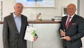 Zum zweiten Mal gibt's das Axia-Gütesiegel für Bionorica. In Neumarkt in der Oberpfalz nahm Firmen-Chef Prof. Dr. Michael A. Popp den Preis aus der Hand von Martin Thiermann, Partner Audit Industry bei Deloitte in Nürnberg, entgegen. (Foto: Tina Goetz)