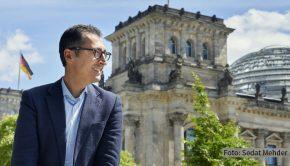 """Cem Özdemir gehört zu den bekanntesten deutschen Politikern. In der neuen Folge von """"Der Sandra Maischberger Podcast"""" spricht der Grüne u.a. über den Machtwechsel in den USA und die möglichen Kanzlerkandidaten seiner Partei. (Foto: Sedat Mehder)"""