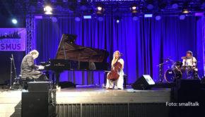 Chilly Gonzales feierte in Köln die Rückkehr der Live-Musik. Der Grammy-Preisträger begeisterte seine Fans am Rheinufer im vollbesetzten Tanzbrunnen. Begleitet wurde er von der Cellistin Stella Le Page und dem Drummer Joe Flory. (Foto: smalltalk)
