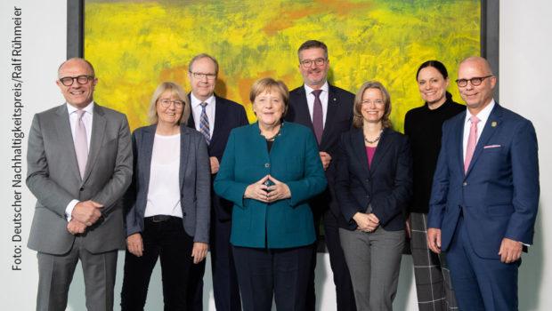 Vertreterinnen und Vertreter besonders nachhaltig wirtschaftender Unternehmen trafen sich gestern zum Meinungsaustausch mit der Bundeskanzlerin. Im Vorfeld des Deutschen Nachhaltigkeitspreises informierten sie Angela Merkel, wie sie den Wandel hin zu einer nachhaltigen Gesellschaft unterstützen. (Foto: Deutscher Nachhaltigkeitspreis/Ralf Rühmeier)