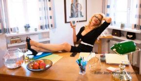 """Die Direktorin bittet zum Gespräch. Seit heute sind die ersten beiden Folgen der neuen Jugendserie """"Das Internat"""" auf Joyn abrufbar. Neben zahlreichen Social-Media-Stars ist Sonya Kraus darin in einer Hauptrolle als Schulleiterin Susanne Meyer-Stäblein zu sehen. (Foto: Joyn/Pantaflix Studios)"""