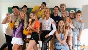 """Ab dem 15. Oktober zeigt der Streamingdienst Joyn seine neue Jugendserie """"Das Internat"""". Neben Sonya Kraus in der Rolle der strengen Direktorin spielen zahlreiche angesagte Social-Media-Stars mit. (Foto: obs/Joyn/benrashots)"""