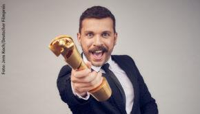 In abgespeckter Form findet am Freitagabend die 70. Verleihung des Deutschen Filmpreises statt. Moderator Edin Hasanovic begrüßt Gäste vor Ort sowie per Videoschalte und will auch wieder mit einer Tanzeinlage Akzente setzen. (Foto: Jens Koch/Deutscher Filmpreis)