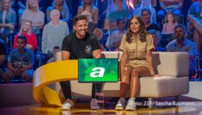 """In der neuen ZDF-Show """"Einfach super!"""" dreht sich alles um Superlative und Rekorde. Moderator Elton begrüßt dazu am 2. September u.a. Nico Santos und Sarah Lombardi als Mitspieler. (Foto: ZDF/Sascha Baumann)"""