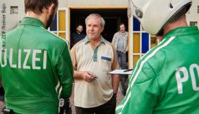 """Joachim Król will als zumeist schlecht gelaunte Titelfigur in """"Endlich Witwer"""" eigentlich nur seine Ruhe haben, doch die Putzfrau hat etwas dagegen. Das ZDF zeigt die Tragikomödie mit dem preisgekrönten Hauptdarsteller morgen in der Primetime. (Foto: ZDF/Reiner Bajo)"""