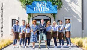 """Roland Trettl und sein Team werden auch in der nächsten TV-Saison Gäste im """"First Dates Hotel"""" empfangen. Vox kündigte heute an, eine zweite Staffel der Dating-Doku in Auftrag zu geben. (Foto: TV Now/Bernd-Michael Maurer)"""
