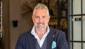 """Am heutigen Montagabend steht bei Vox die dritte Folge des """"First Dates Hotel"""" auf dem Programm. Gastgeber Roland Trettl trifft in der Dating-Doku auf neue Kandidaten, gibt aber auch zwei bekannten Gesichtern eine weitere Chance. (Foto: TV Now/Bernd-Michael Maurer)"""