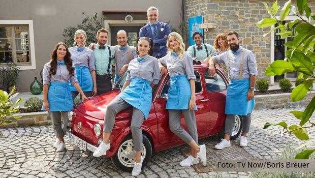 """Bei Vox steht am heutigen 22. Februar Folge 3 der zweiten Staffel von """"First Dates Hotel"""" an. Gastgeber Roland Trettl und sein Team begrüßen an der kroatischen Adriaküste kontaktfreudige Singles und auch ein Pärchen, das sich in Staffel 1 gefunden hatte. (Foto: TV Now/Boris Breuer)"""