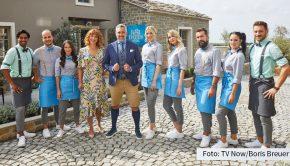 """Gastgeber Roland Trettl und sein Team haben im """"First Dates Hotel"""" am heutigen 8. März wieder alle Hände voll zu tun. Vox zeigt eine neue Folge der Show, in der sich kontaktfreudige Singles zum Dating im kroatischen Urlaubsdomizil treffen. (Foto: TV Now/Boris Breuer)"""