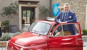 """Ein weiterer Arbeitstag im """"First Dates Hotel"""" wartet am heutigen 1. März auf Gastgeber Roland Trettl und sein Team. Im kroatischen Urlaubsdomizil reisen neue Gäste an, um sich auf Partnersuche zu begeben. (Foto: TV Now/Boris Breuer)"""