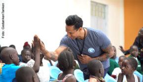 """Sänger und Moderator Daniel Aminati unterstützt gemeinsam mit GedankenTanken die Stiftung von Auma Obama, die Kinder und Jugendliche in Kenia fördert. Hierfür hat er den Song """"Jetzt"""" komponiert und eingespielt. (Foto: GedankenTanken)"""