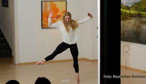 """Unter dem Zusatztitel """"Mobile in Mobilis"""" ist die Gruppenausstellung """"H2O"""", in der u.a. Werke von Roman Lipski zu sehen sind, jetzt in Marburg eröffnet worden. Zum Auftakt gab's eine """"Vernissage vor verschlossenen Türen"""" mit einer Performance der Frankfurter Tänzerin und Choreografin Katharina Wiedenhofer. (Foto: Maximilian Boehme)"""