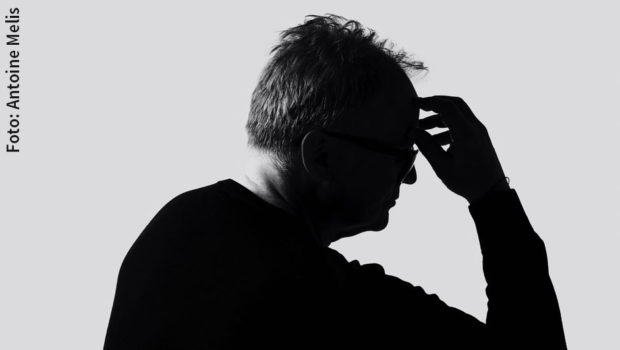 """Nach seinem emotionalen Tribut an alle Alltagshelden legt Herbert Grönemeyer nun ein kunstvoll gestaltetes Video zu seiner heute erscheinenden neuen Single """"Der Held"""" nach. Der von Regisseur Antonin B. Pevny inszenierte Clip ist jetzt auf Youtube zu sehen. (Foto: Antoine Melis)"""