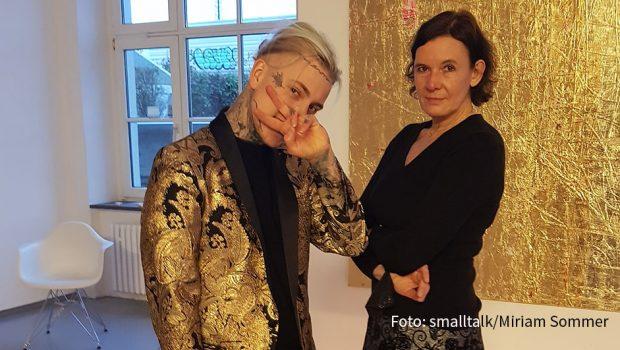 """Am Wochenende präsentierte Alexander Höller in der Kölner Galerie Martina Kaiser seine neuen Bilder. Die Arbeiten sind mit Blattgold überzogen. Auf diese Weise fängt Höller die """"Goldene Stunde"""" ein, den Moment in dem die Sonne untergeht und die Welt in ein magisches Licht taucht.(Foto: smalltalk/Miriam Sommer)"""