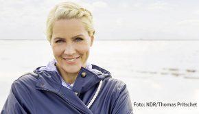 """""""Tagesschau""""-Sprecherin Judith Rakers fasst die Höhepunkte ihrer Nordsee-Dokus zusammen. Es geht um Traumstrände, fangfrischen Hering aber auch ums Sammeln von Plastikmüll. Zu sehen ist """"Nordseeinseln mit Judith Rakers"""" am heutigen Freitag um 20:15 Uhr im NDR Fernsehen. (Foto: NDR/Thomas Pritschet)"""
