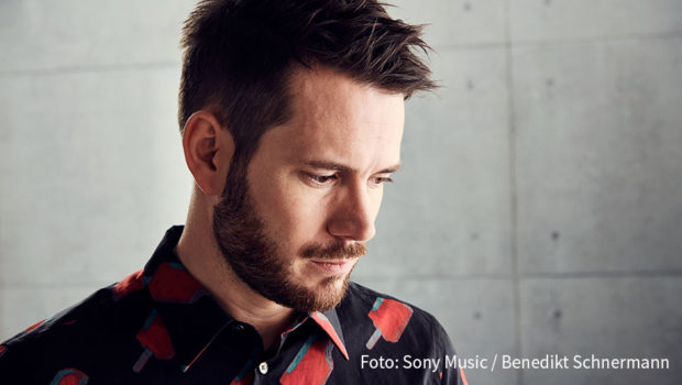 Revolverheld-Sänger Johannes Strate ist am Samstag im Interview bei barba radio zu hören. Darin geht's mitunter nachdenklich zu, wenn der Rockmusiker Einblicke in sein Familienleben gewährt. (Foto: Sony Music/Benedikt Schnermann)