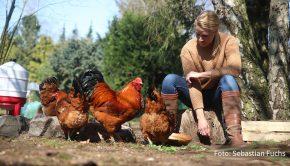"""Seit zwei Jahren widmet sich Journalistin und """"Tagesschau""""-Sprecherin Judith Rakers im eigenen Garten intensiv dem Obst- und Gemüseanbau sowie der Haltung von Hühnern. Ihre Erfahrungen beschreibt sie nun in dem Buch """"Homefarming"""", das Anfang des kommenden Monats erscheint. (Foto: RTLzwei)"""