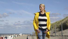 """Mit der Benefizaktion """"Hand in Hand für Norddeutschland"""" ruft der NDR ab heute zu Spenden für die Corona-Hilfe auf. Judith Rakers, die im Januar auch in einer neuen Reportage über die Insel Baltrum im NDR Fernsehen zu sehen sein wird, begleitet einzelne Hilfsprojekte und stellt sie beim großen TV-Spendentag am 11. Dezember vor. (Foto: NDR/Doclights GmbH/Carina Schneider & Jana von Rautenberg)"""