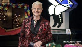"""Auch wenn dieses Jahr an Rosenmontag alles anders ist als sonst, ganz auf Karneval verzichten müssen Narren nicht: In """"Karneval in Köln 2021"""" präsentiert Guido Cantz aus dem Kölner Tanzbrunnentheater ein buntes Programm mit hochkarätigen Gästen – zu sehen heute Abend ab 20:15 im Ersten. (Foto: WDR/Dirk Borm)"""
