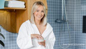 """Die Influencerin und Lifestyle-Vloggerin Kathi bringt mit ihrer neuen Marke """"Girl Happens"""" und in Kooperation mit dem Pflegeartikel-Hersteller Mellow Care ihr erstes Beauty-Produkt heraus: die Abschminkbutter """"Ciao Make Up!"""". Der Name ist Programm. (Foto: Sarah Schumacher)"""