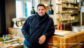"""Die sechste Staffel der Kochshow """"Kitchen Impossible"""" startet am 14. Februar bei Vox. Für Gastgeber Tim Mälzer steht dabei u.a. erstmals ein Dreikampf auf dem Programm: In der abschließenden Folge tritt er gegen seinen Dauerrivalen Tim Raue und Alexander Herrmann an. (Foto: TV Now/friese.tv/Andreas Friese)"""