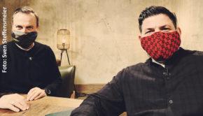 """""""Kitchen Impossible"""" im Corona-Modus: Nicht an einem internationalen Schauplatz, sondern in Hamburg trafen sich Tim Raue und Tim Mälzer zu den Dreharbeiten für die Highlight-Episoden der Vox-Kochshow. Zum Auftakt am Sonntag gibt's """"Die emotionalsten Momente"""". (Foto: Sven Steffensmeier)"""