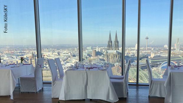 In Köln wird die Event-Location KölnSKY buchstäblich zum Top-Restaurant. 100 Meter über dem Rhein geht's im August und September auf gastronomische Erlebnisreise – erhebende Ausblicke inklusive. (Foto: KölnSKY)
