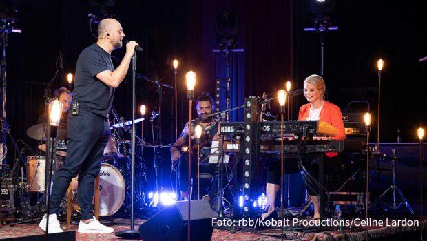 """Als Gastgeber der neuen ARD-Reihe """"Lebenslieder"""" spricht Sänger Max Mutzke mit Prominenten über Songs, die deren Leben begleitet und geprägt haben. Gemeinsam gesungen wird natürlich auch. In der ersten Folge begrüßt er am heutigen 26. Januar die Schauspielerin Annette Frier. (Foto: rbb/Kobalt Productions/Celine Lardon)"""