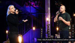 """In einer neuen Folge seiner ARD-Show """"Lebenslieder"""" begrüßt Max Mutzke heute Abend Barbara Schöneberger als Gast. Gemeinsam widmen sie sich in Gesprächen und musikalischen Einlagen dem Sound, der das Leben der Entertainerin bislang begleitet hat. (Foto: rbb/Kobalt Productions/Celine Lardon)"""