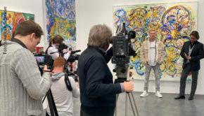 """In Düsseldorf stellte Leon Löwentraut gemeinsam mit seinem Galeristen Dirk Geuer seine neuen Bilder vor. Nach dem Medienansturm von heute Vormittag wird die Ausstellung mit dem Titel """"Pursuit of Faith"""" morgen offiziell eröffnet. (Foto: smalltalk/F. Bender)"""