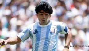 """Die am Mittwoch verstorbene Fußball-Ikone Diego Maradona wird heute auf allen medialen Ebenen gewürdigt. So gibt's die Doku """"Maradona, der Goldjunge"""" in der Arte-Mediathek. Auch Matze Knop, Reiner Calmund und Tobias Holtkamp sprechen im Podcast """"Messi & Ronaldo XXL"""" über den Superstar. (Foto: Arte/Popperfoto)"""