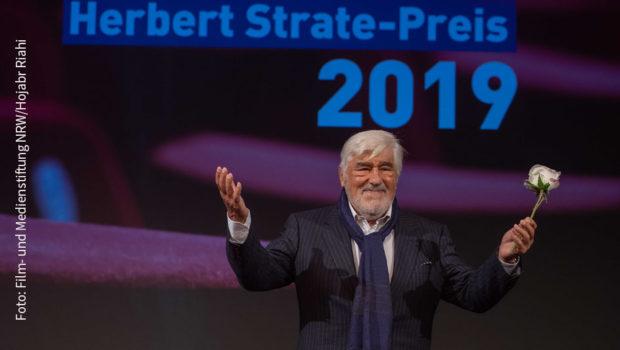 Mario Adorf nahm gestern in Köln den Herbert Strate-Preis in Empfang. Vorher stand er beim Film- und Kinokongress NRW Rede und Antwort. (Foto: Film- und Medienstiftung NRWSat.1/Hojabr Riahi)