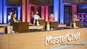 """Die Sky One-Kochshow """"MasterChef Celebrity"""" geht heute in die nächste Runde. Eine kulinarische Reise nach Südamerika steht auf dem Programm. Das ruft bei den Prominenten schlimme Befürchtungen hervor. (Foto: Silviu Guiman / Sky)"""