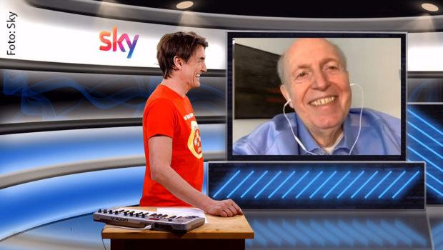 """In diesem Jahr hat Fußballmanager Reiner Calmund bereits viel erreicht: In """"Matze Knops Homeoffice"""" auf Sky Sport News HD verriet er, dass er seit seiner Magenverkleinerung im Januar auch mit Hilfe von NASA-Technik 40 Kilo abgenommen habe. Sein Fazit: """"Ich bin topfit."""" (Foto: Sky)"""