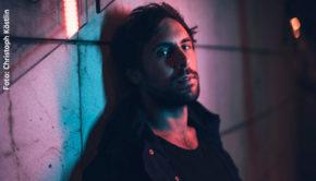 Sänger Max Giesinger unterstützt mit den Einnahmen aus seiner neuen Single eine Corona-Hilfsaktion. Im Interview mit barba radio berichtet er, wie er selbst mit den Auswirkungen der Krise umgeht. (Foto: Christoph Köstlin)