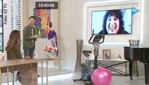 """Meltem Kaptan bereitet sich gerade auf die nächste Ausgabe von """"Ladies Night"""" im Ersten vor. Am Wochenende berichtete die Entertainerin davon im aserbaidschanischen Frühstücksfernsehen – im Gespräch mit ESC-Gewinner Eldar Gasimov (""""Ell & Nikki""""). (Foto: AZ TV)"""