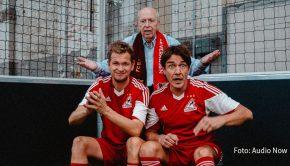 """Das Pokal-Aus von Bayer 04 Leverkusen und die Bundesliga-Rückkehr von Sami Khedira sind zwei der Themen bei """"Messi & Ronaldo XXL"""". Die neue Ausgabe des Fußball-Podcasts von Matze Knop, Reiner Calmund und Tobias Holtkamp ist heute erschienen. (Foto: Audio Now)"""