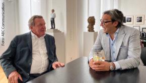 """Unter dem Titel """"Die Agenda"""" produzieren der ehemalige Bundeskanzler Gerhard Schröder und der Kommunikationsmanager Béla Anda einen wöchentlichen Podcast. In der heute erschienenen Folge begrüßen sie dazu mit Star-Produzent Mousse T. erstmals einen Gast. (Foto: ABC Communication)"""