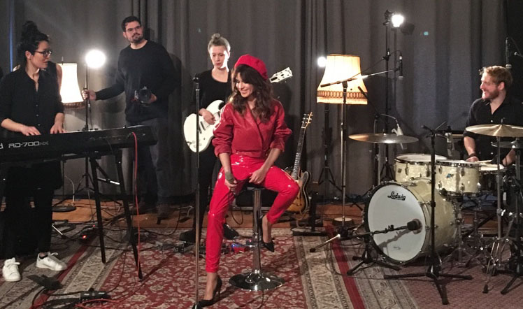 """Natalia Avelon: """"Die Krönung von allem ist die Live-Performance."""" Anfang des Jahres stellte sie mit ihrer Band schon mal einige Songs des Albums """"Love Kills"""" bei einem Showcase im Berliner Blackbird Music Studio vor. (Foto: smalltalk/Kaan Karaismail)"""