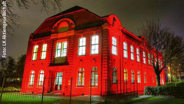 """Mehr als 7.000 Gebäude und Bauwerke sollen heute am späten Abend in rotem Licht erstrahlen. Die Aktion """"Night of Light"""" will auf die prekäre Situation der Veranstaltungswirtschaft in Zeiten der Corona-Pandemie aufmerksam machen. (Foto: LK Aktiengesellschaft)"""
