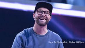 """Die zehnte Staffel der erfolgreichen Musikshow """"The Voice of Germany"""" wird am morgigen 22. Oktober mit einer weiteren """"Blind Audition"""" fortgesetzt. Mark Forster sieht sich im Coach-Fight um die besten Talente derzeit noch im Hintertreffen. (Foto: ProSiebenSat.1/Richard Hübner)"""