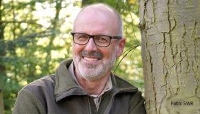 """Der Förster und Bestellerautor Peter Wohlleben begeisterte die Zuschauer mit der SWR-Serie """"Der mit dem Wald spricht – Unterwegs mit Peter Wohlleben"""" für das Thema Wald. Heute Abend spricht er bei """"Maischberger. Die Woche"""" über die Brandkatastrophe im Westen der USA. (Foto: SWR)"""