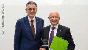 Der Präsident der Technischen Universität München, Prof. Dr. Dr. h.c. mult. Wolfgang A. Herrmann, gratulierte Prof Dr. Michael A. Popp gestern zum IKOM Award für das Unternehmen Bionorica. (Foto: Uli Benz/TU München)